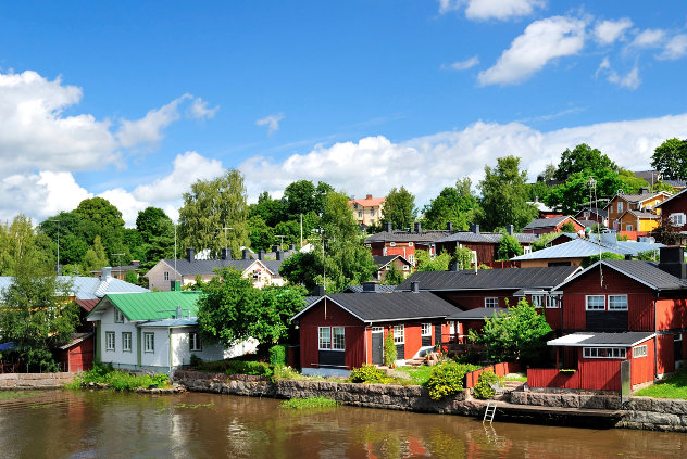 bunt bemalte Häuser in Finnland