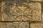 Steinmauer mit Blumenmotiv