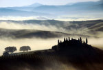 Morgennebel in Val d'Orcia in der Nähe von Siena in der Toskana