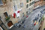Straße mit Mopeds in Siena