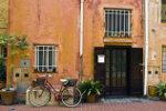 Offene Eingangstür in altes Haus in Ligurien