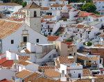 Mit Blick auf die weiße Stadt Colmenar in der spanischen Provinz Málaga in Andalusien