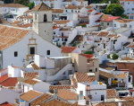 Blick auf die weiße Stadt Colmenar in der spanischen Provinz Malaga in Andalusien